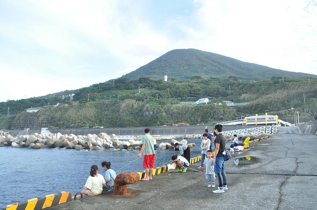 東京都利島の児童と交流!・釣り体験